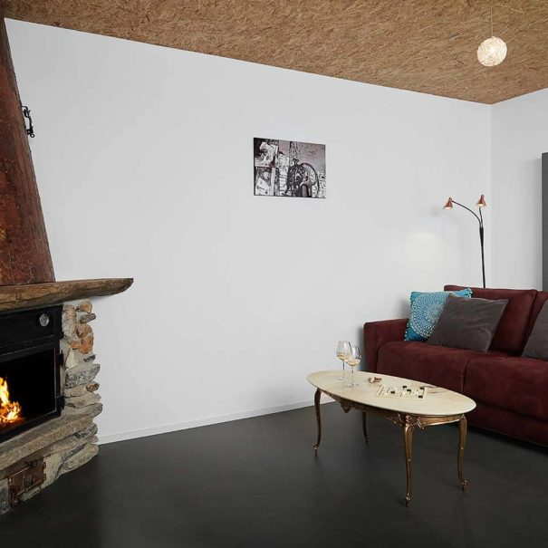 La Forge de Diogne - séjour avec feu dans la cheminée, ambiance cosy