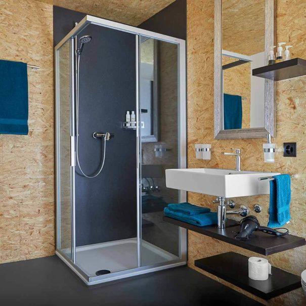 La Forge de Diogne - salle de bains spacieuse conçue avec des matériaux écologiques