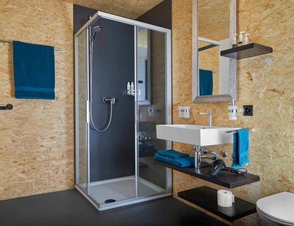 Salle de bains spacieuse, au B&B La Forge de Diogne
