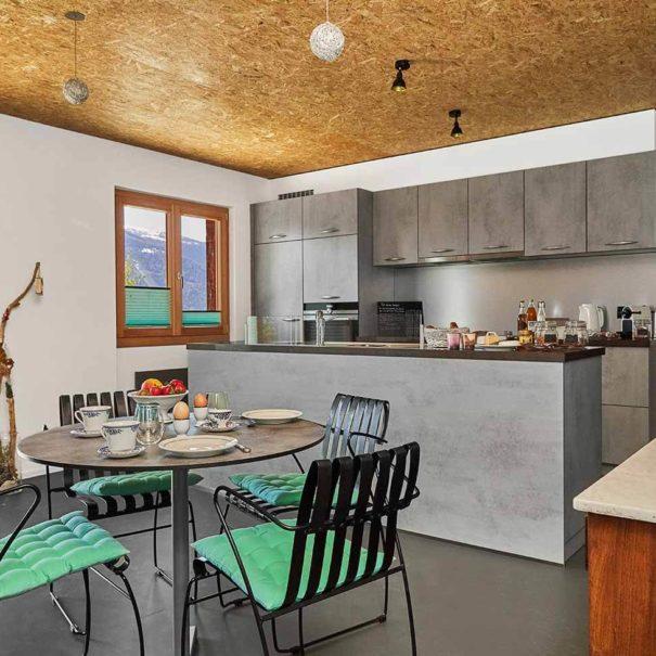 La Forge de Diogne - cuisine moderne complètement équipée et coin à manger