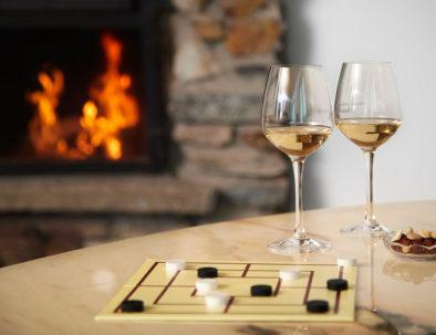 Probiere a lokal Wein in einer gemütlichen Stimmung mit Kaminfeuer